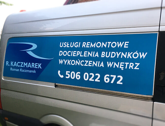 folia drukowana, oklejona naboku busa firmy budowlanej weWronkach